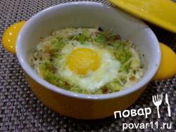 Яйцо в капусте и сыре