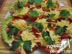 Простая закуска: свежие крепкие помидоры порезаны на кружочки, сверху капелька майонеза, чеснок, сыр, зелень.